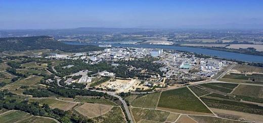 le centre nucléaire de marcoule avec le  chantier à photographier au 1 er plan